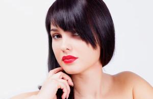 Косые челки, по мнению стилистов, идеальны для круглого лица. .  Они делают акцент именно на взгляде женщины...