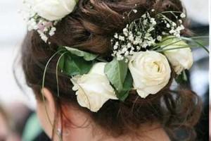 свадебные прически с живыми цветами фото 16