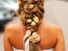 свадебные прически с живыми цветами фото 3